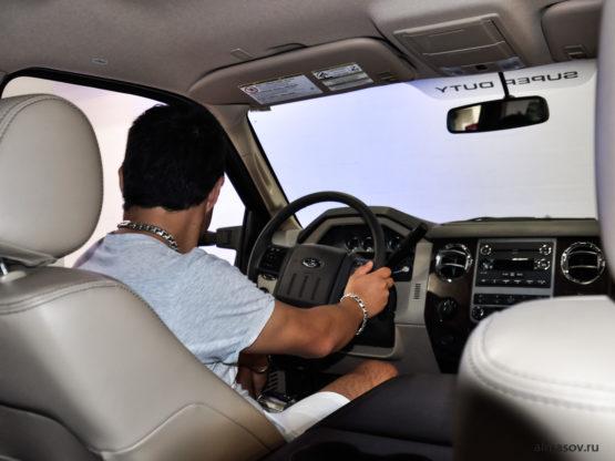 толстый мужской серебряный браслет и цепь бисмарк (garibaldi) на руке и шее в авто