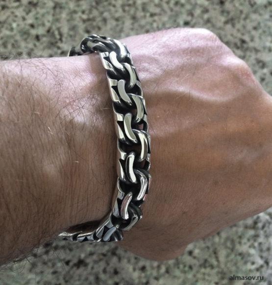 толстый мужской серебряный браслет бисмарк (garibaldi) на руке