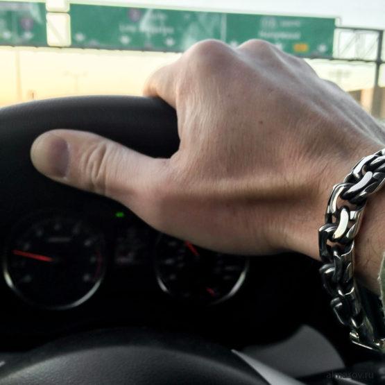 толстый мужской серебряный браслет и цепь бисмарк (garibaldi) на руке за рулем