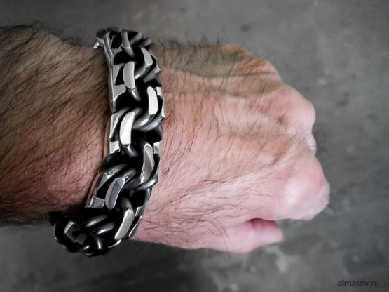 Большой толстый тяжелый мужской серебряный браслет garibaldi на руке