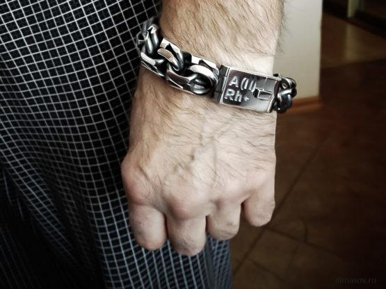 Большой толстый тяжелый мужской серебряный браслет garibaldi на руке с гравировкой группы крови.