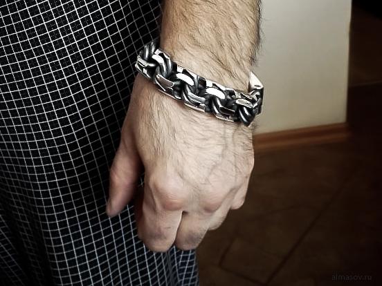 Большой толстый тяжелый мужской серебряный браслет бисмарк (garibaldi) на руке.