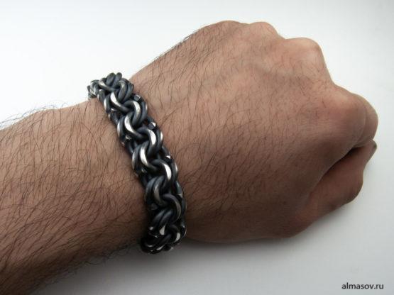 Серебряный браслет garibaldi в альтернативной обработке на руке