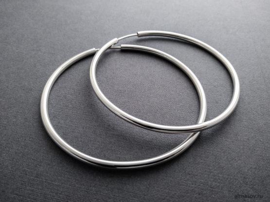 Большие круглые серебряные серьги-конго кольца крупным планом