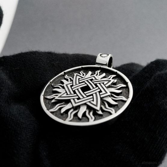 Славянский серебряный кулон оберег Звезда Руси (квадрат Сварога) в солнце, вид под углом.
