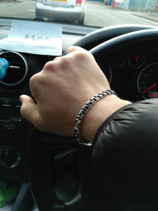 Мужской и женский серебряный браслет garibaldi на руке