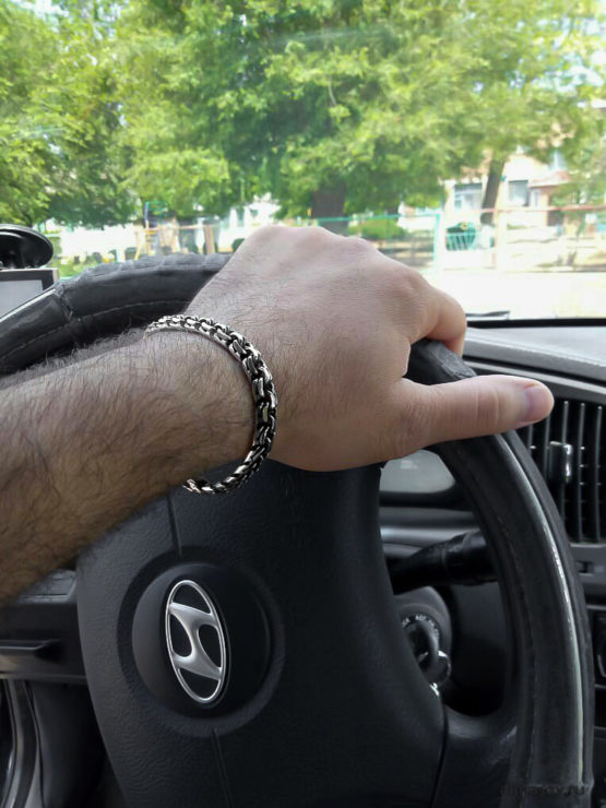 Серебряный браслет бисмарк (garibaldi) 8.5 мм. на руке за рулем