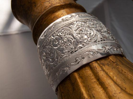 Широкий женский кубачинский гравированный серебряный браслет, вид под углом