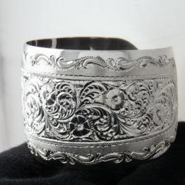 Широкий женский кубачинский гравированный серебряный браслет, вид сбоку