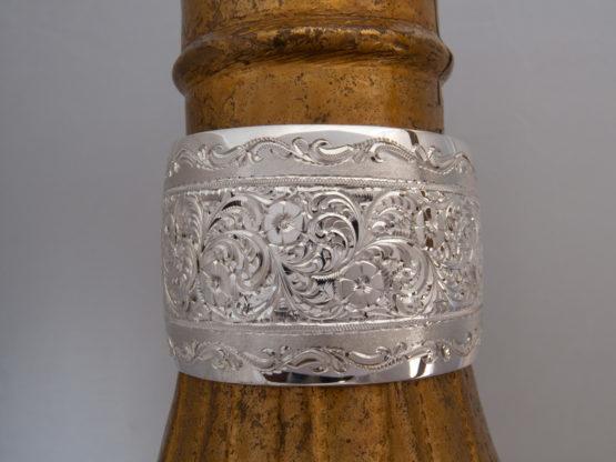 Широкий женский кубачинский гравированный серебряный браслет, вид сверху