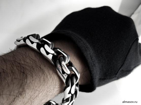 Большой толстый тяжелый мужской серебряный браслет garibaldi 17 мм. на руке.